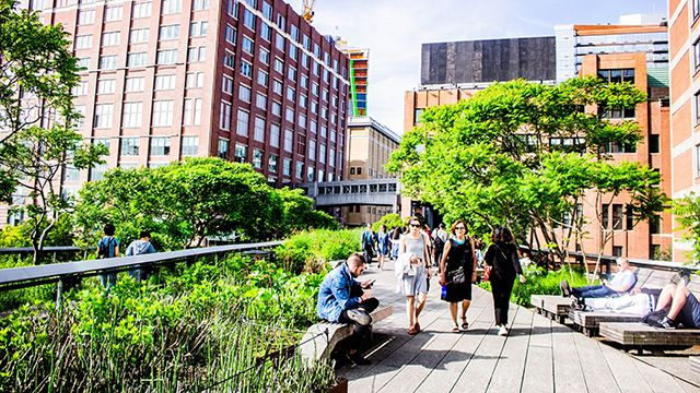 two women walking along the high line in nyc